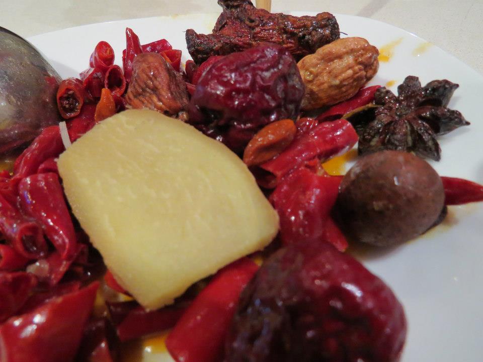 hot pot w Suzhou. Typowe przyprawy: anyż, imbir, ostre papryczki i wiele innych.