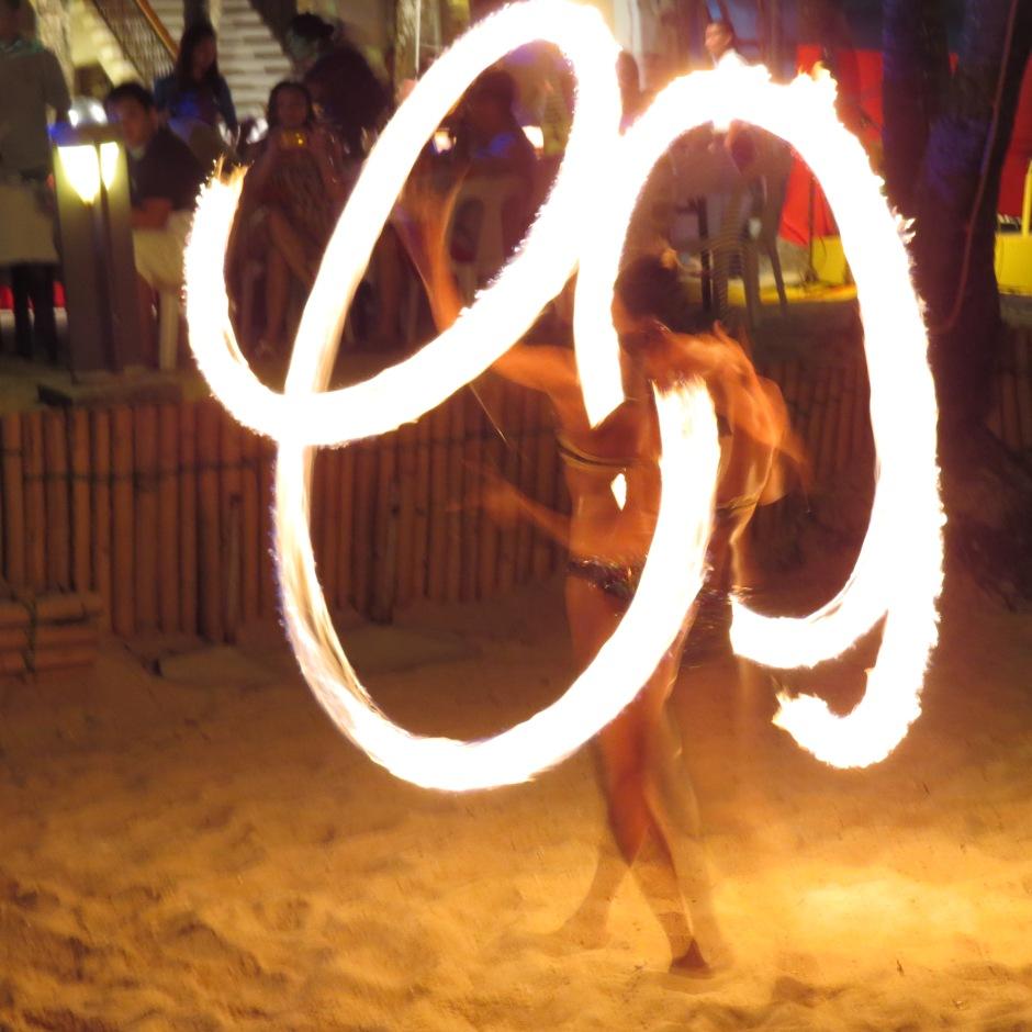 Taniec ognia jest w co drugiej restauracji na plaży