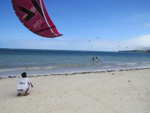 No i po -ściąganie latawca na plażę