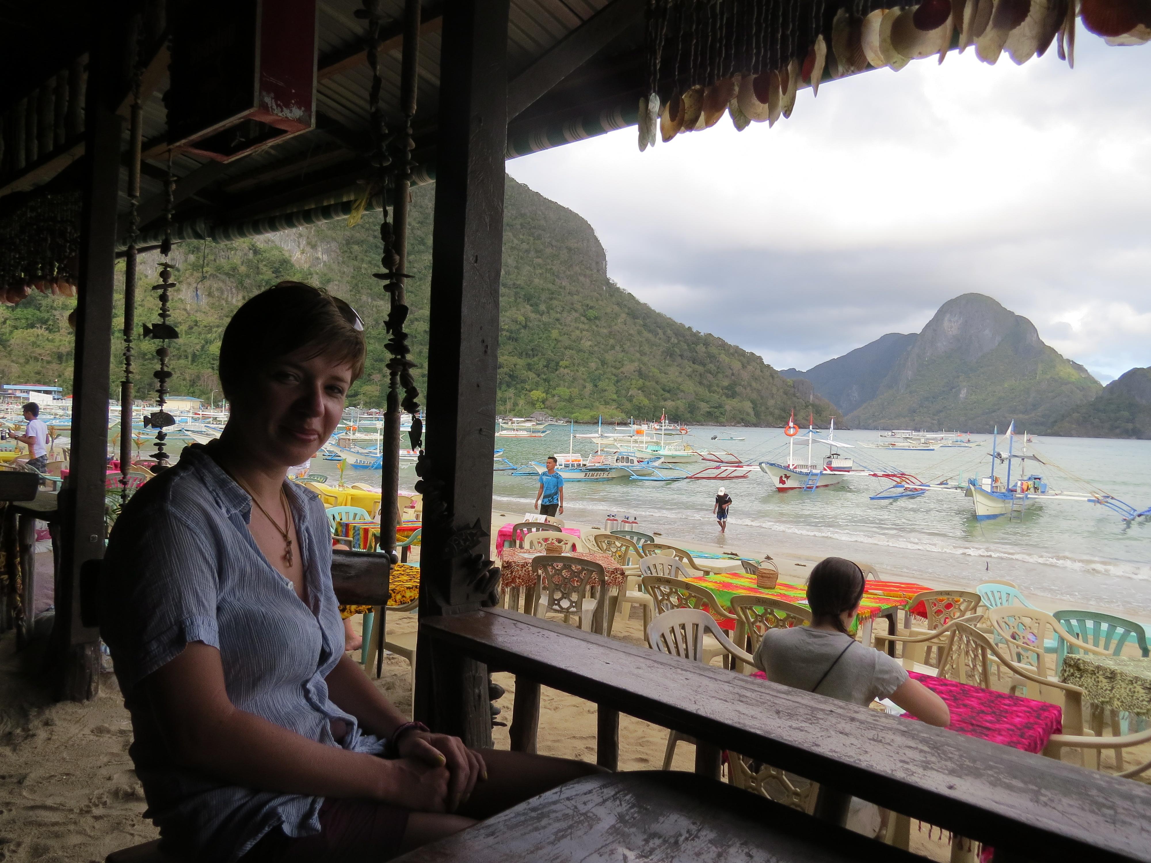 Śniadanie w knajpce na plaży  przed wycieczka po wyspach