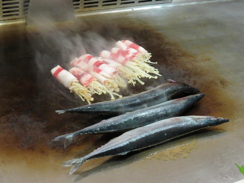 Ryby i zawijane skrzypiące grzybki w boczku