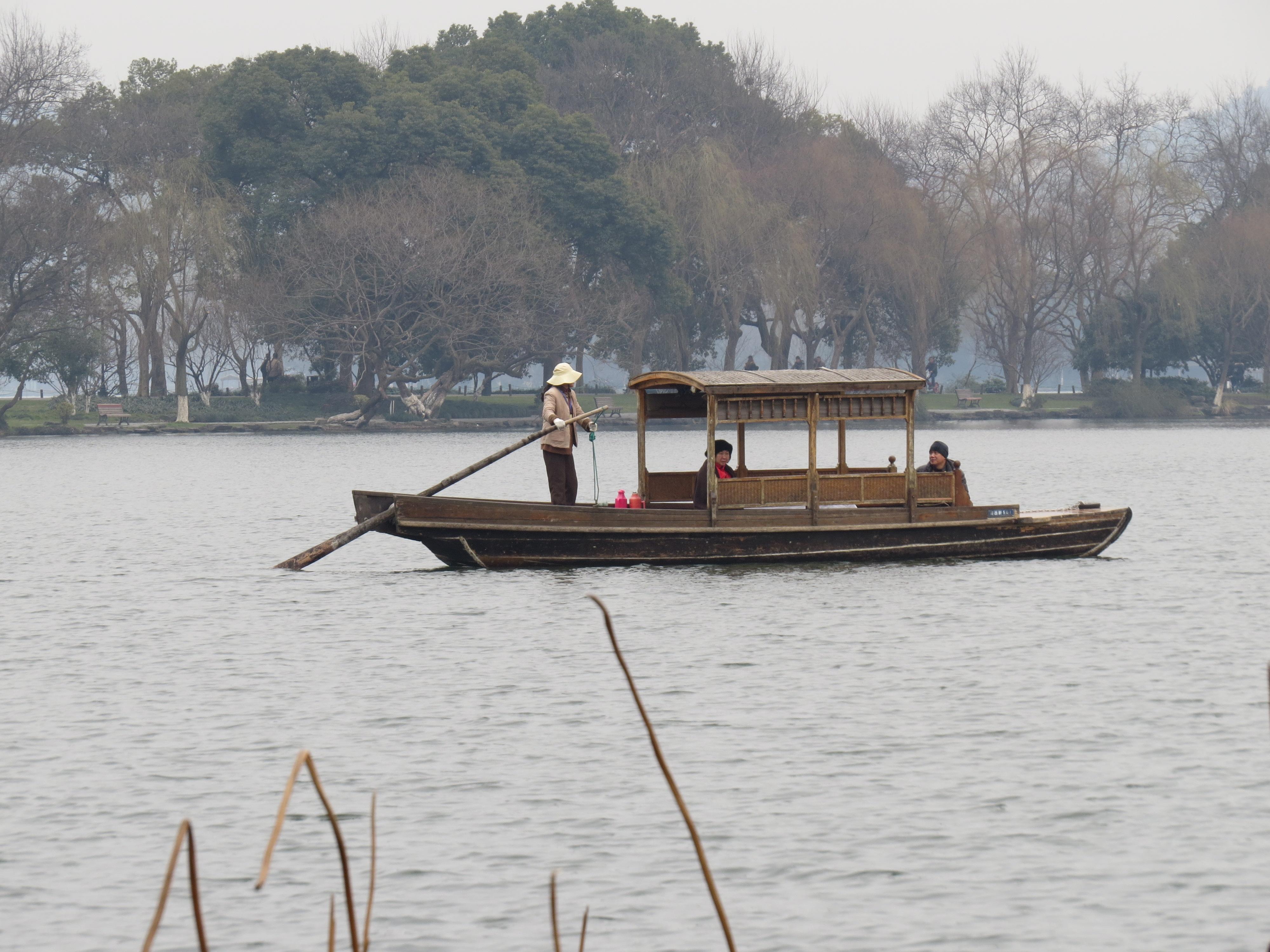 Między wieloma małymi wysepkami można pływać łodziami