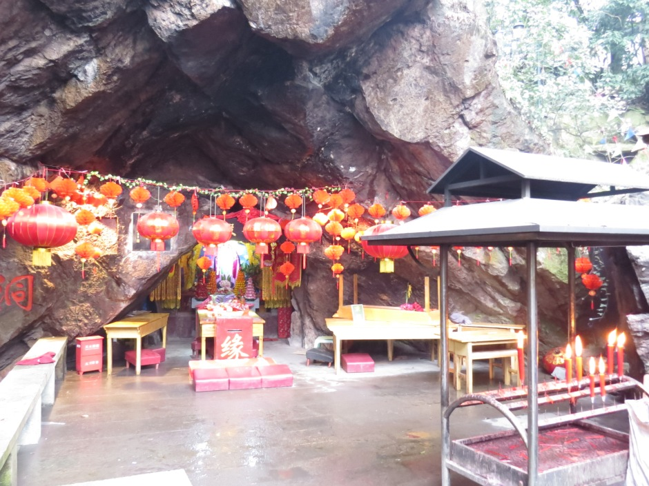 Świątynia w jaskini w jednym z parków w Hangzhou