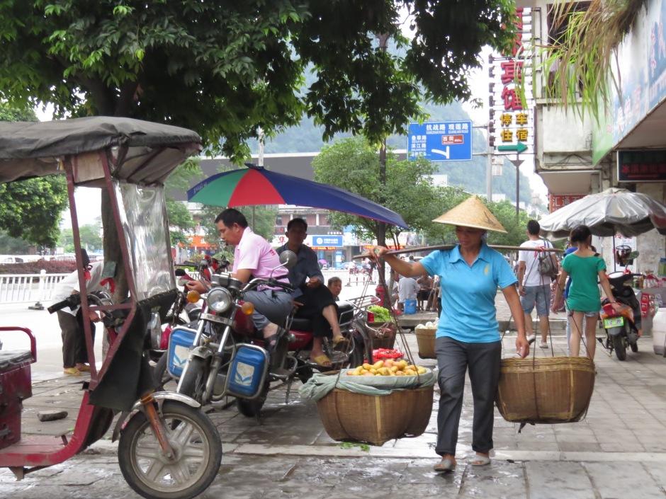 Kobieta pracująca w deszczy.