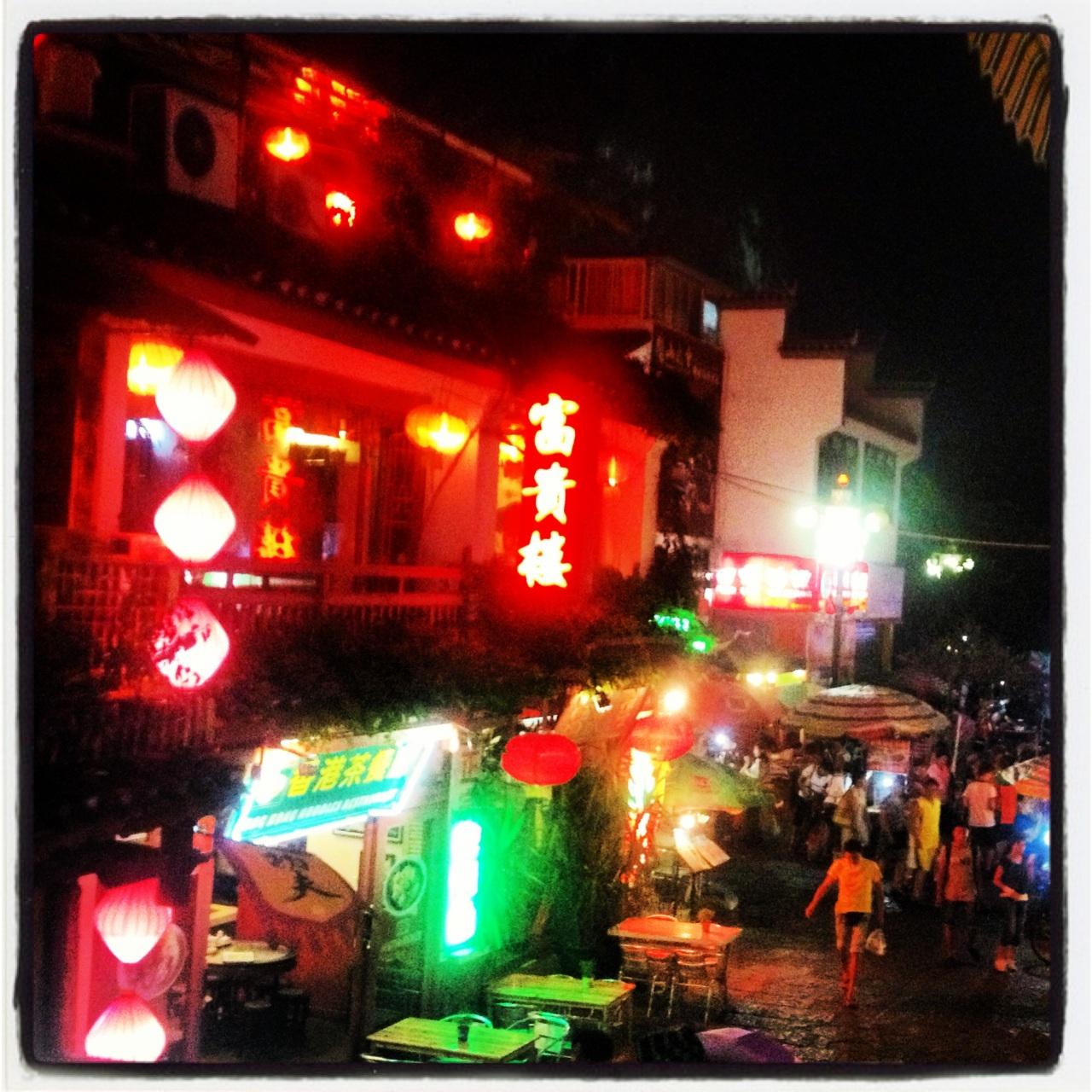Yangshuo nocą. Yangshuo by night.