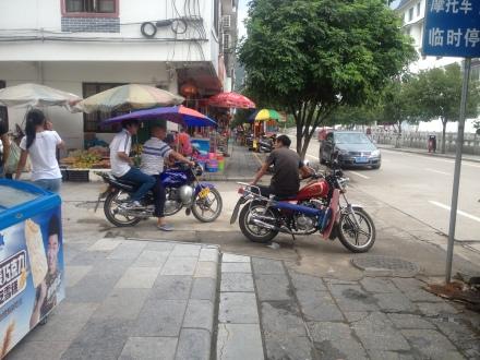 Mężczyźni na swoich taksówkach czekający na okazję i gwiżdżący na dziewczyny. I tak cały dzień.