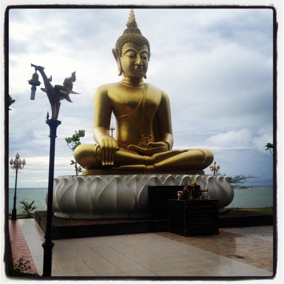 Baan Nam Kem tsunami Memorial. Budda siedzący twarzą do parku upamiętniającego tragedię a plecami do morza skąd przyszło tsunami.