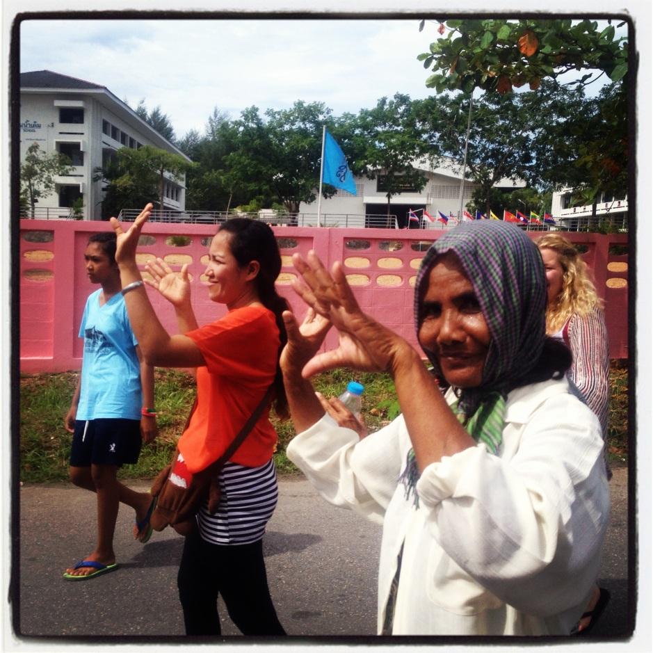 Mieszkańcy mojej wsi tańczący na ulicy w drodze do świątyni.