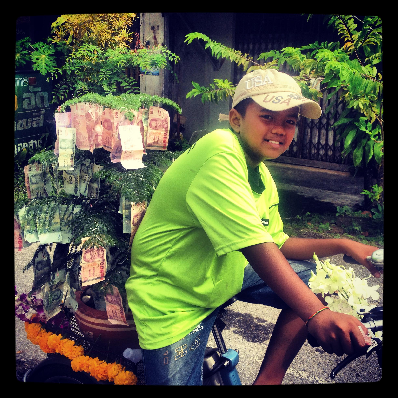 Drzewka z pieniędzmi. Zawsze obecne podczas tajskich uroczystości.