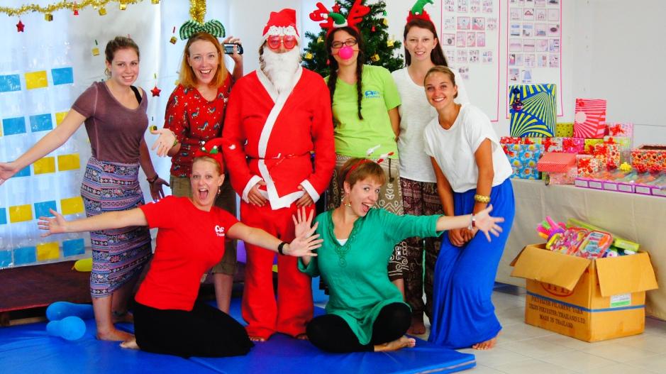 Tutaj cały nasz team: Mikołaj, renifery i wolontariusze.