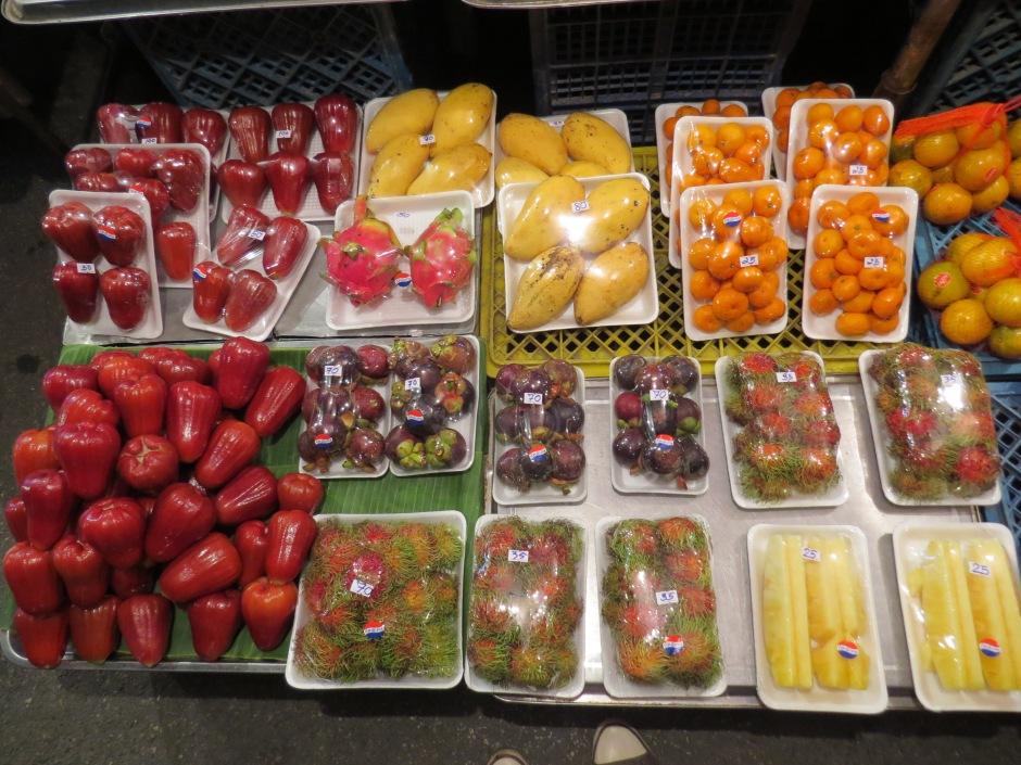 Owoce raz jeszcze: roznae jablka. mangostan, ranbutan, pomarancze, ananas, smoczy owoc i wiele innych