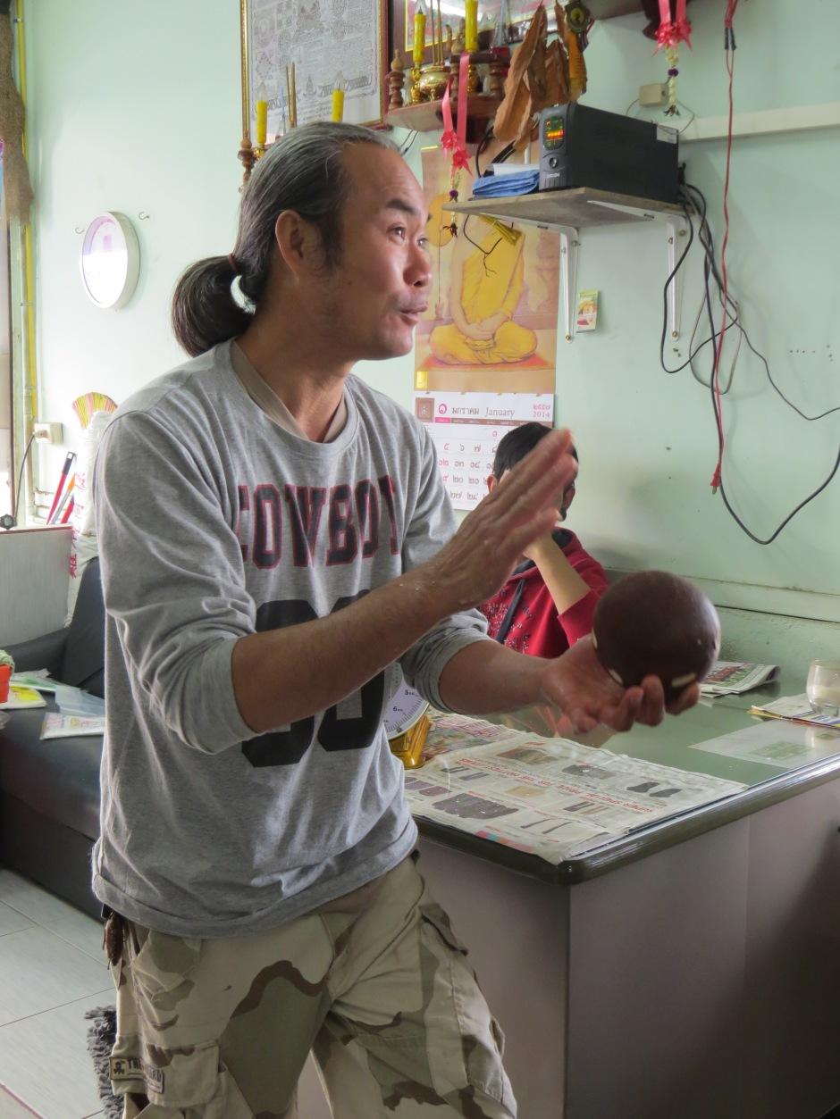 Do mleczka kokosowego używa się brązowych kokosów, to nie te same z których na tajskich plażach pije się koktajle.