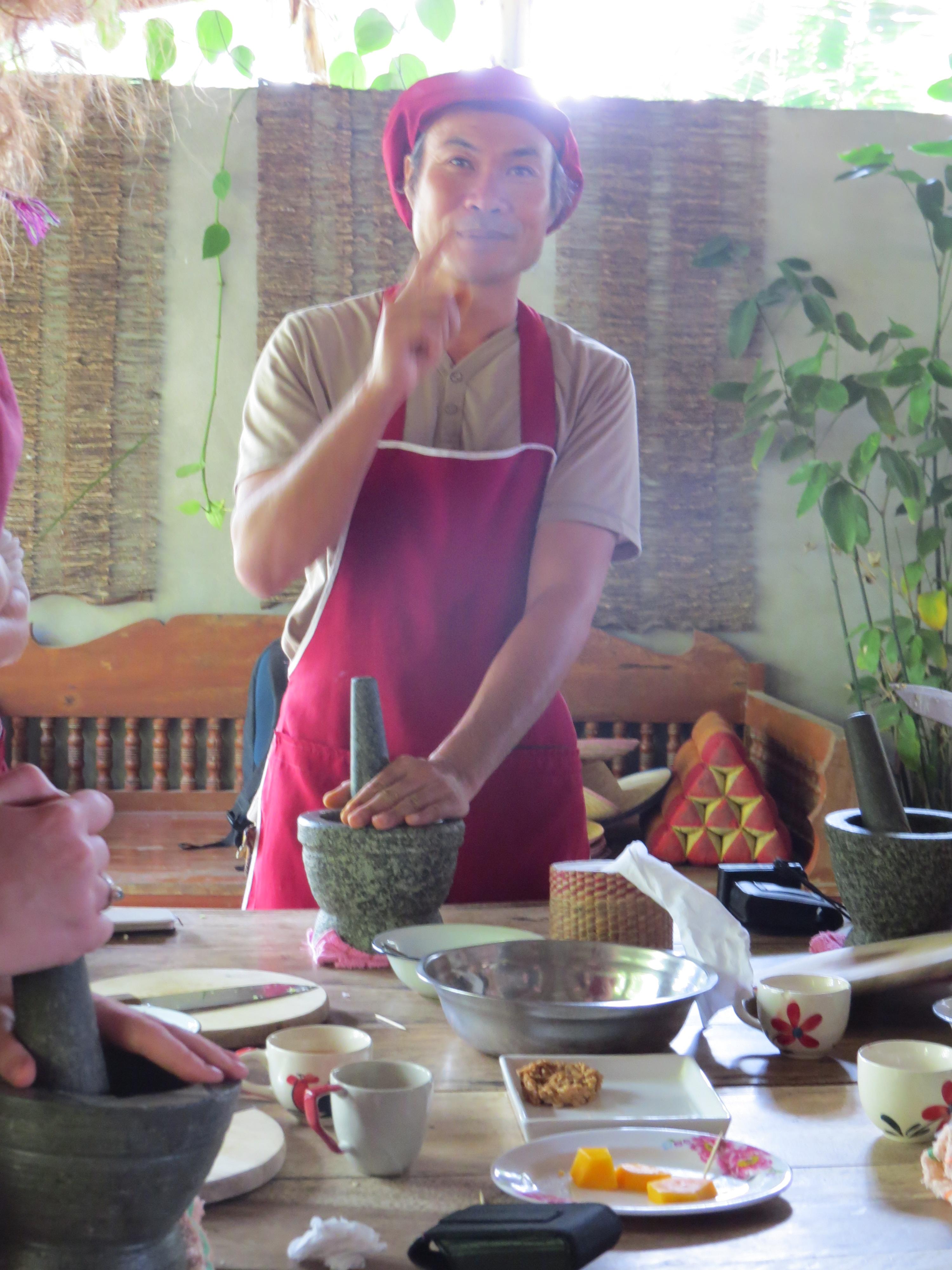 Kolejne towarzyskie zajecie podczas gotowania – ucieranie pasty curry. Dlaczego towarzyskie? Jeden z powodów to fakt, ż Enei można patrzeć się w swój moździerz, bo pryśnięcie szczypty pasty do oczu kończy się sromotnym płaczem.