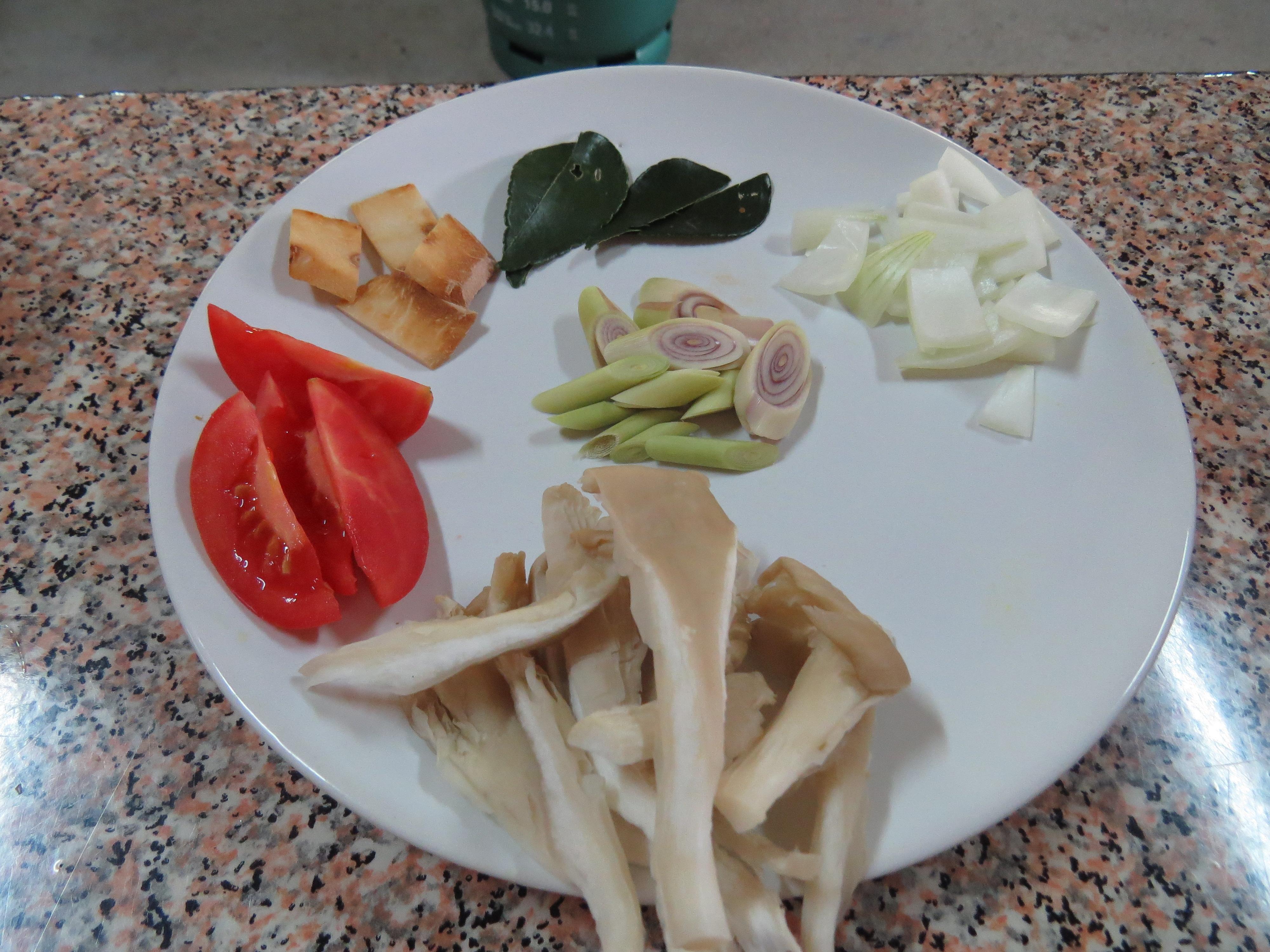 Składniki do zupy Tom Yam na bazie mleczka kokosowego. Yumm!!