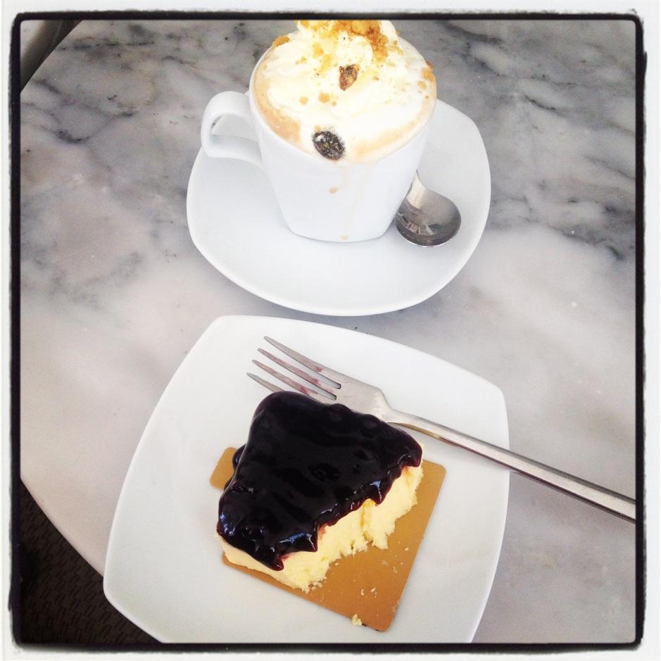 sernik w jagodami i gorąca (tak! Dokładnie!) kawa  i miłe towarzystwo !