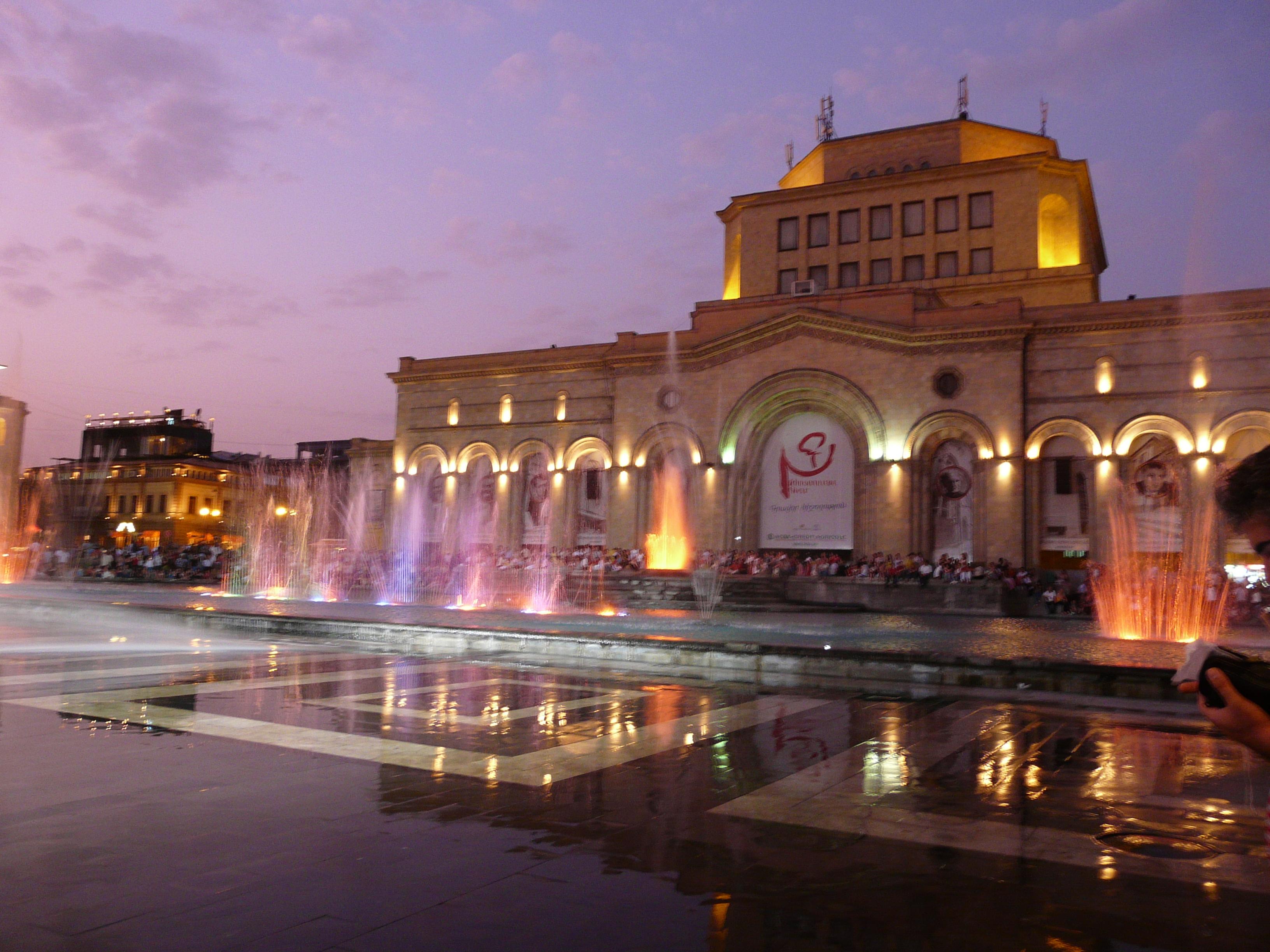 Największa fontanna w Erewaniu. Każdego wieczoru zachęca przechodniów do podziwiania świateł i spędzania czasu z bliskimi .