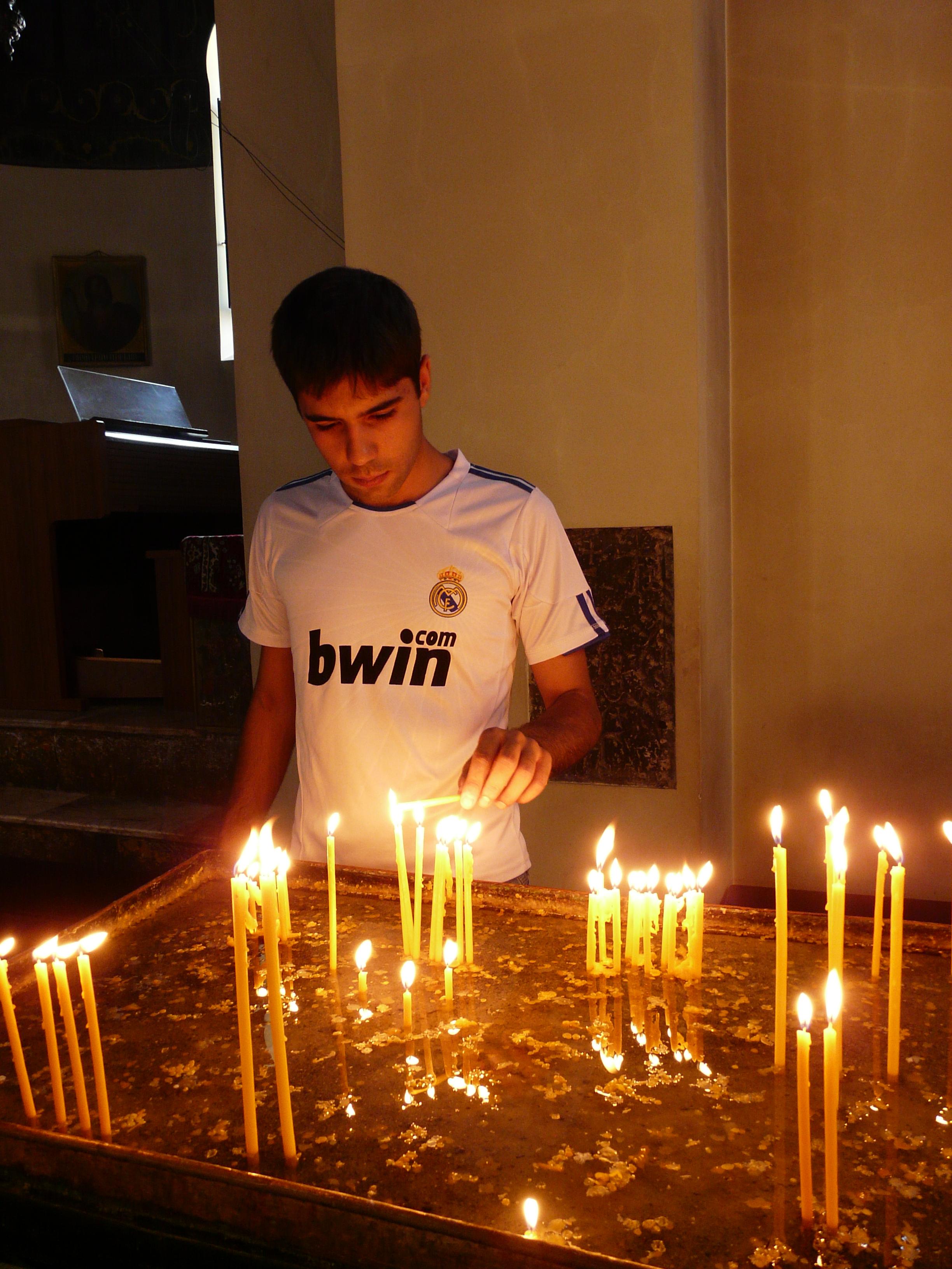 Tradycyjne zapalanie swieczek w kosciele ormianskim.
