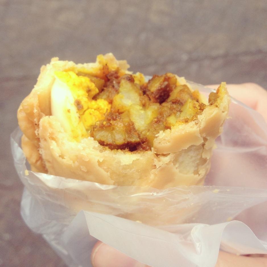 W Kuala Lumpur niespodziewanie zjadłam jedną z najlepszych przekąsek w życiu! Pieróg z curry i jakiem w środku. Mniam!! Oto uroki chodzenia po lokalnych bazarach w Kuala Lumpur a nie po centrach handlowych.