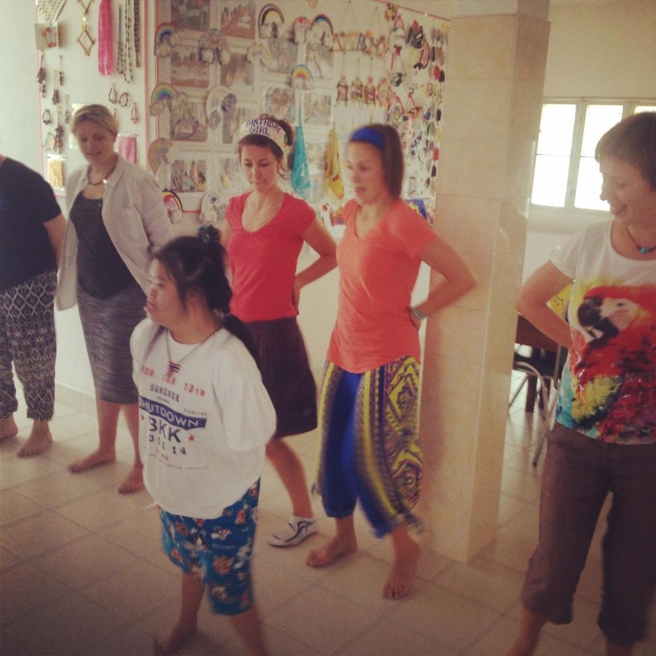 Lekcja tańca od 14-letniej dziewczynki z Centrum Camillian. Była bardzo zaangażowana w uczenie nas tańca. Super się bawiliśmy! Teraz w końcu możemy iść do klubu i tańczyć, bo wcześniej najwidoczniej nie wiedzielismy jaky ;)
