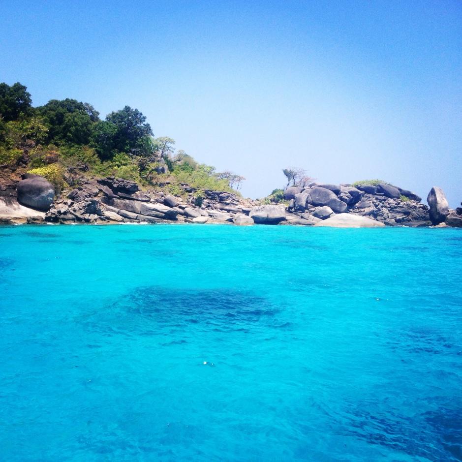 Perfekcyjny Dzień Kobiet: nurkowanie w miejscu zwanym rajem Similian Islands. Super widoki pod wodą i do tego widziałam delfiny! Na pierwsze śniadanie bananowy shake, a na drugie chrupiący boczek. Wieczorem fruzjer i masaż stóp. Gdyby kierowca nie krzyczał na swoją żonę byłoby idealnie.