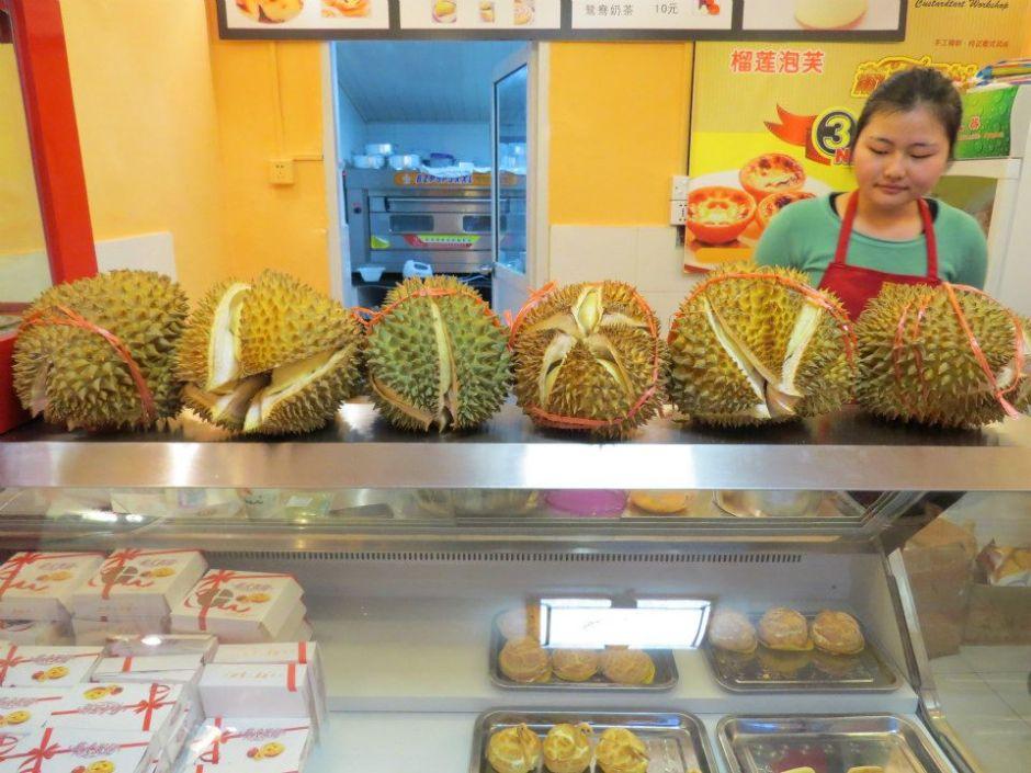 Durian! Koszmar wielu ludzi. Niby to owoc a śmierdzi jak zgniła cebula ze starymi skarpetkami. W wielu miejscach nie można go w ogóle jeść, wszędzie wiszą zakazu. Śmierdzi na kilometr. W smaku nie jest taki zły, trochę jak ciapka. Go się albo kocha albo nienawidzi.