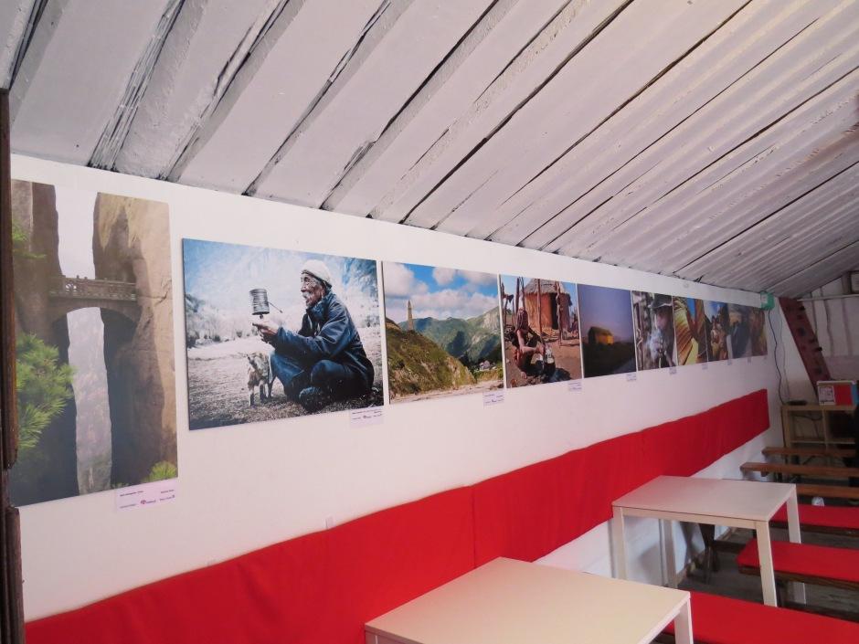 Zdjęcia prelegentek z podróży. Można je nadal oglądać w Cafe 8 Stóp.