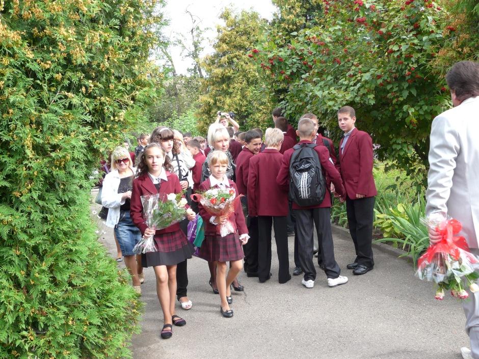 Tłumy dzieci spieszące do szkoły