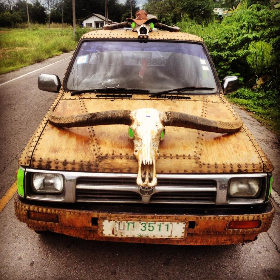 """Samochód właściciela baru. Te zielone światła zrobione są po butelkach napoju """"Mountain Dew""""."""