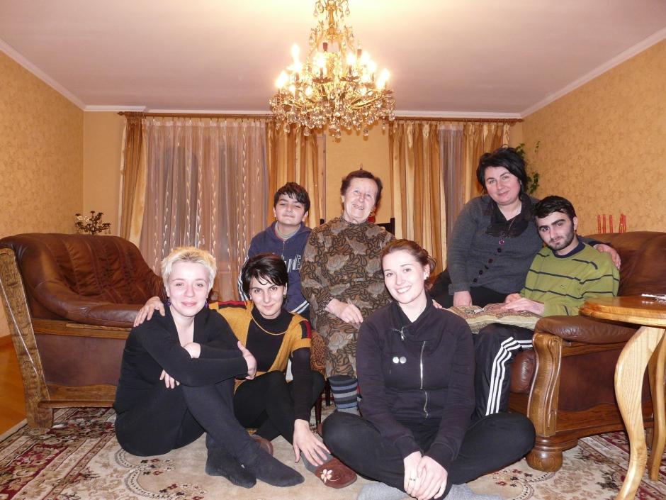 Moja Gruzińska rodzina: Manana, babcia, Aleko, Girogi, Gvantsa.Manany mąż zginął w wypadku samochodowym kilka lat temu. W czasie, gdy ja byłma w Gruzji Aleko pojechał do Polski na wolontariat. Gvantsa studiowała w Tbilisi. Zatem Manana była dla mnie moją gruzińską matką chrzestną a ja jej polską córką.