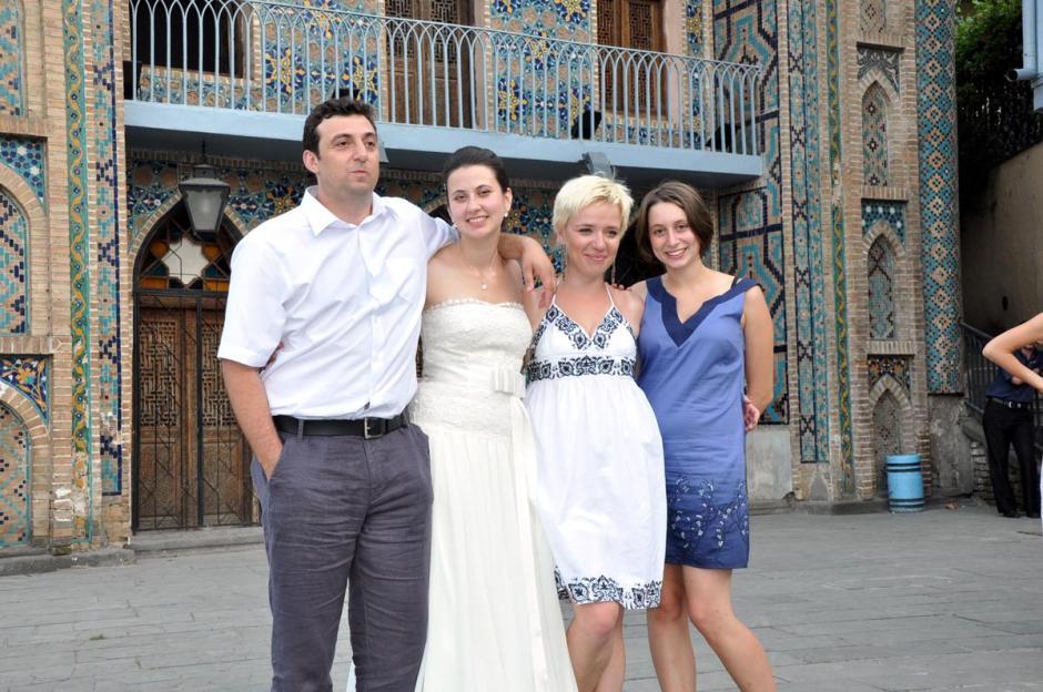 Gruzja to też przyjaciele z innych krajów. Jane (pannę młodą) poznałam przez przypadek, bo kiedyś zawitała do mojej organizacji. Sama mieszkała w Tbilisi. Mój pierwszy weekend w stolicy spędziłam u niej. Ona sama wyszła za Gruzina. Obecnie mieszkają w Czechach skąd Jana pochodzi. Meline (dziewczyna w niebieskiej sukience) była na wolontariacie w Tbilisi. Nie zliczę przygód razem z nią przeżytych. Poczynając od zabłądzenia w gruzińskich górach, jeździe na stopa po Kakheti, na nocowaniu w przyszłym klubie striptisowym w Armenii kończąc.