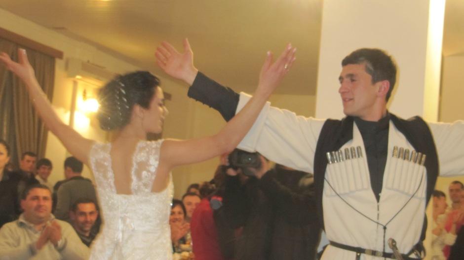 """Pewnej listopadowej niedzieli o 15.00 Clint wpada do mojego mieszkania i mówi: """"Ubieraj się. Idziemy na wesele"""". W Gruzji to nie problem, że wesele organizowane jest w środku tygodnia ale z kilkugodzinnym wyprzedzeniem. Na tym weselu było 300 osób (kameralne jak na ten kraj). Ja znałam tylko przelotnie pannę młodą. A zaprosiła nas w ogóle ktoś inny. Ot tak, wesela w Gruzji."""
