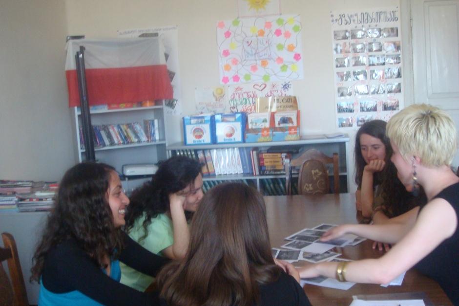 Zajęcia z języka angielskeigo dla studentem w moim gruzińskim miasteczku. Moja znajomość angielskiego okazała się in najbardziej potrzebna, bo to dawało im szansę an lepszą rpzyszłość, studia w Tbilisi albo wyjazd za granicę